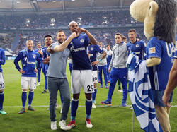 Naldo y su técnico Tedesco celebran la victoria contra el Dortmund. (Foto: Getty)