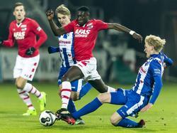 Derrick Luckassen (m.) krijgt te maken met twee Noren. Morten Thorsby (r.) legt een sliding, Martin Ødegaard (l.) probeert het staand. (25-01-2017)