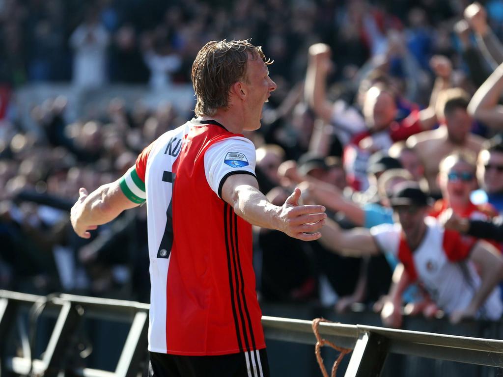 Voorafgaand aan het duel tussen Feyenoord en Vitesse was er een indrukwekkende minuut stilte. Alle spelers voetbalden ook met rouwbanden om, nadat de vrouw van Patrick Lodewijks overleed na een auto-ongeluk.