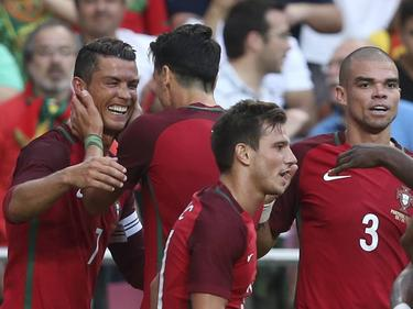 Cristiano Ronaldo (l.) hat sich mit Portugal warm geschossen