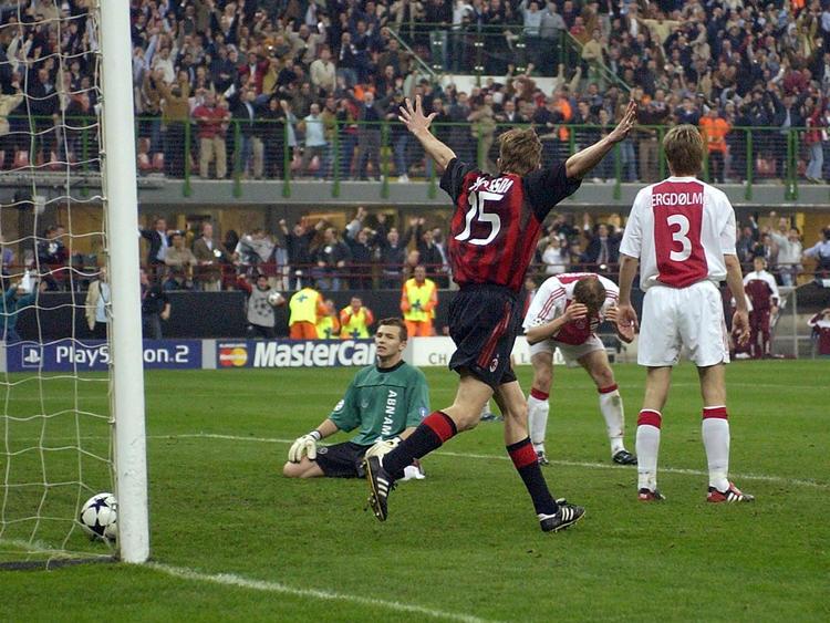 Jon Dahl Tomasson bejubelt das entscheidende Tor für den AC Milan gegen Ajax