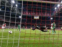 PEC Zwolle-doelman Mickey van der Hart is kansloos op de inzet van Davinson Sánchez van Ajax. (24-09-2016)