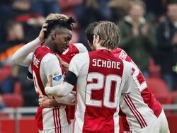 De Ajacieden vieren het doelpunt van Bertrand Traoré tijdens het duel Ajax - Sparta in de Eredivisie. (12-02-2017)