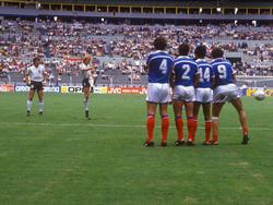 Per Freistoß erzielt Andreas Brehme (2.v.l.) im WM-Halbfinale 1986 bereits in der 9. Minute das 1:0 gegen Frankreich