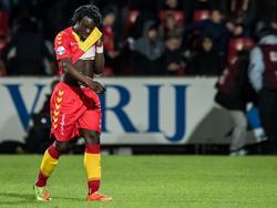Marcel Ritzmaier (l.) zoekt naar een aanvallende oplossing tijdens de wedstrijd Go Ahead Eagles - FC Groningen. (22-04-2017)