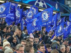 Aficionados del Chelsea en la ida frente al Barcelona. (Foto: Imago)