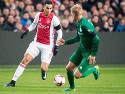 Anwar El Ghazi (l.) zoekt met de bal aan de voet verdediger Kasper Larsen (r.) op. (04-12-2016)