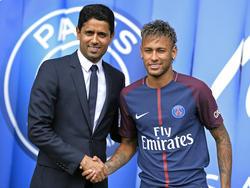 PSG-Boss Nasser Al-Khelaifi bei der Vorstellung von Neymar (r.)