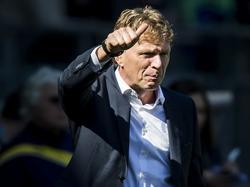 ADO Den Haag-trainer Alfons Groenendijk is tevreden met hoe zijn ploeg voor de dag komt tegen Roda JC en steekt zijn duim op naar één van zijn spelers. (02-04-2017)