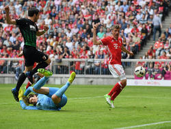 Thomas Müller (r.) war beim Kantersieg gegen Augsburg erfolgreich