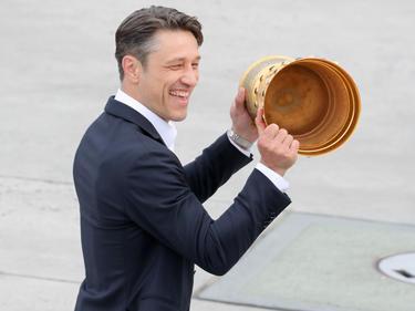 Niko Kovac präsentiert stolz den Pokal