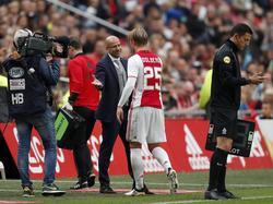 Peter Bosz (l.) bedankt zijn spits Kasper Dolberg (r.) voor diens inzet tijdens Ajax - FC Utrecht. (02-10-2016)