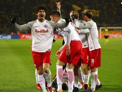 Andé Ramalho (l.) bejubelt mit RB Salzburg den Einzug ins Europa-League-Viertelfinale