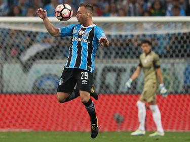 Gremio controla el balón con Gremio en la pasada final de Libertadores. (Foto: Getty)