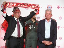 Bayern-Coach Heynckes (re.) war gar nicht zum Feiern zumute