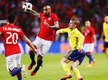 Arturo Vidal se adelanta a por un balón ante un zaguero sueco. (Foto: Getty)