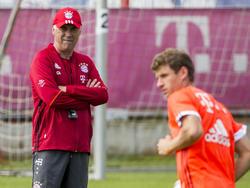 Carlo Ancelotti und Thomas Müller (r.) widersprachen sich