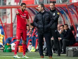 Hakim Ziyech (l.) en René Hake (r.) voeren overleg tijdens de competitie-wedstrijd FC Twente - Feyenoord. (10-04-2016)