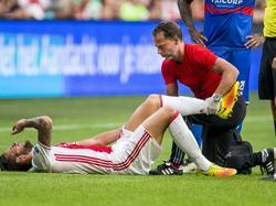 Mitchell Dijks moet geblesseerd naar de kant tijdens de thuiswedstrijd van Ajax tegen Willem II. (20-08-2016)