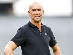 Austria-Trainer Thomas Letsch begutachtet Landsmann Stephen Sama