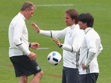 Bundestrainer Joachim Löw (r.) und sein Trainerstab treiben die WM-Planungen voran