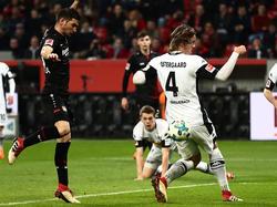 Lucas Alario (l.) brachte Bayer 04 Leverkusen auf die Siegerstraße