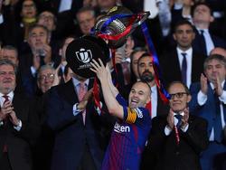 Iniesta levanta la que puede ser su última Copa del Rey con el Barça. (Foto: Getty