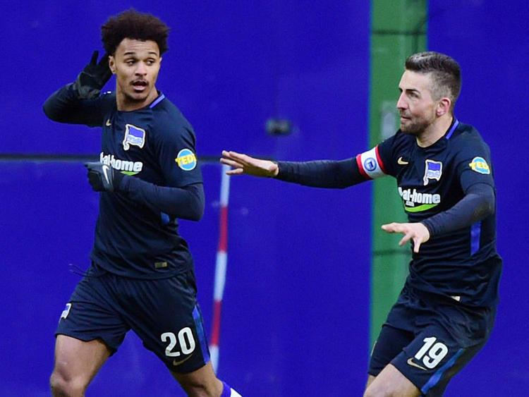 Valentino Lazaro (links) lässt sich feiern
