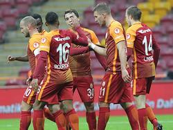 Lukas Podolski (2.v.r.) schießt Viertligisten im Pokal ab