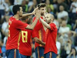 Los jugadores españoles se felicitan tras el tanto del gallego. (Foto: Imago)