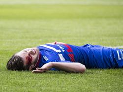 Na een botsing met een ploeggenoot heeft Dries Wuytens een flinke hoofdwond. De mandekker van Willem II kan het duel met PSV niet hervatten. (09-04-2017)