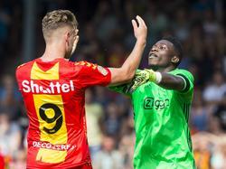 Leon de Kogel (l.) duwt Ajax-doelman André Onana, maar laatstgenoemde bijt van zich af. (28-08-2016)