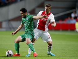 PEC Zwolle-aanvaller Anass Achahbar probeert Ajax-verdediger Joël Veltman achter zich te houden. (24-09-2016)