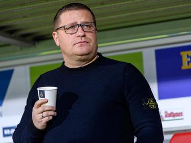 Gladbachs Sportdirektor Manager Max Eberl verfolgt die WM am Fernseher