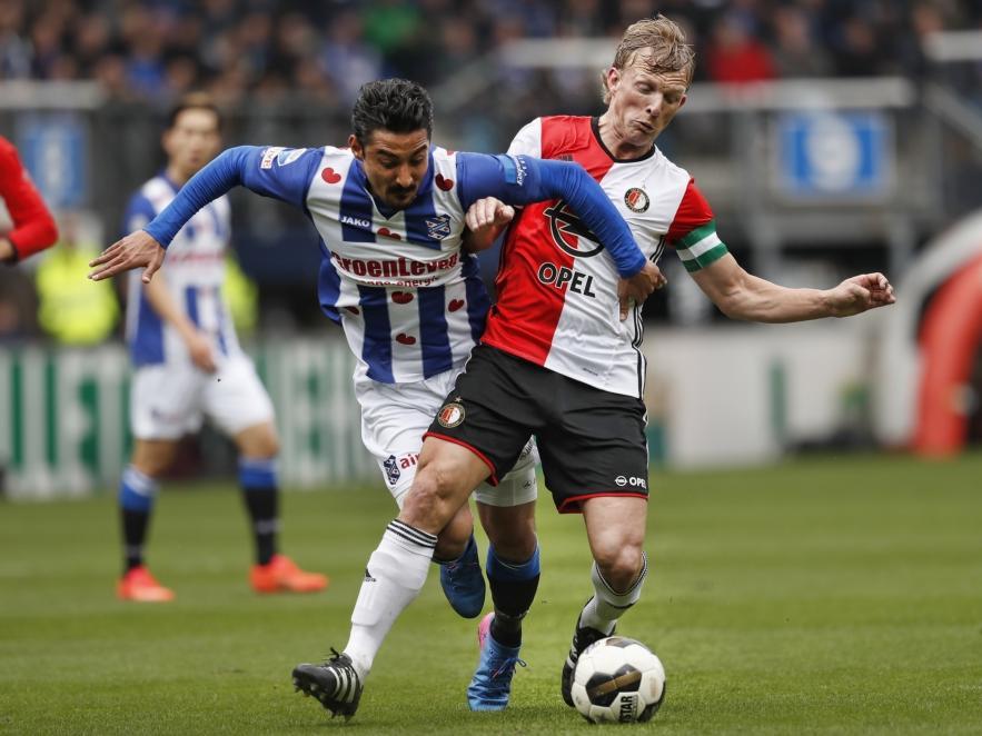 Dirk Kuyt (r.) verricht ook verdedigend werk en zorgt ervoor dat Reza Ghoochannejhad (l.) de bal niet krijgt tijdens sc Heerenveen - Feyenoord. (19-03-2017)