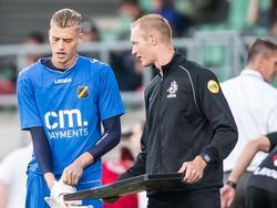 NAC Breda-doelman Andries Noppert (l.) maakt zich op voor een invalbeurt tijdens het competitieduel FC Dordrecht - NAC (22-08-2016).