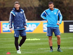 Lukas Podolski (r.) und Bastian Schweinsteiger kennen sich bestens