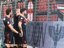 Los jugadores del Milan se acercan a sus aficionados para celebrar un tanto. (Foto: Getty)