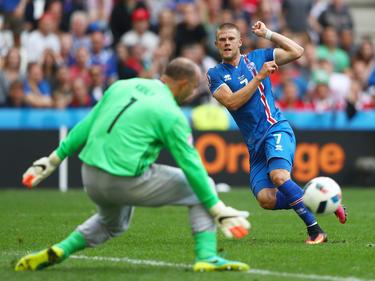 Jóhann Berg Guðmundsson probeert doelman Gabor Kiraly te passeren tijdens het EK-groepsduel tussen IJsland en Hongarije. (18-06-2016)