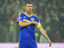 El árbitro Eriksson sancionó a Džeko con una amarilla por su gesto. (Foto: Getty)