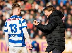 Jan Vreman (r.) toont zijn passie als hij spits Cas Peters instructies geeft tijdens De Graafschap - sc Heerenveen. (28-02-2016)