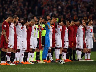 Los equipos posaron juntos para rendir homenaje al capitán. (Foto: Getty)