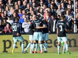 Ajax-aanvaller Kasper Dolberg zet Ajax op voorsprong tegen Feyenoord. De spelers duiken bovenop de jonge aanvaller. (23-10-2016)