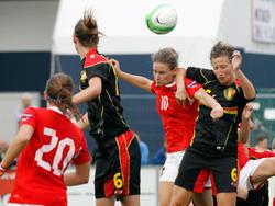 Kopfballduell zwischen Nina Burger (10) und Nicky van en Abbeele (6) beim freundschaftlichen Test zwischen Österreich und Belgien