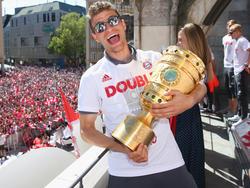 Thomas Müller feiert ausgiebig den Pokalgewinn