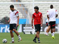 Joachim Löw (M.) hofft gegen Ghana auf einen Einsatz von Mats Hummels