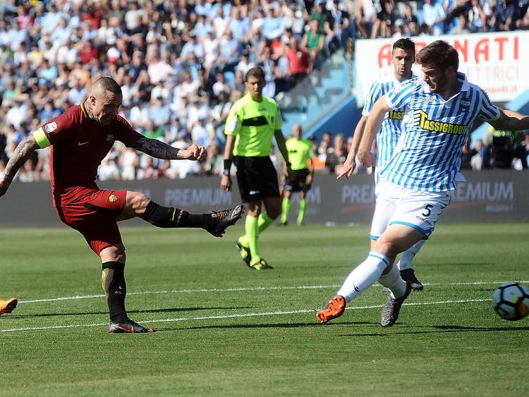 Nainggolan (l.) trifft für die AS Roma in der Serie A