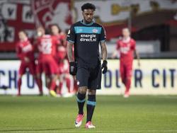 Jürgen Locadia baalt flink. Zijn PSV is zojuist al vroeg op achterstand gekomen tegen FC Twente. (06-04-2017)