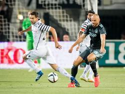 Heiko Westermann (r.) kan net op tijd ingrijpen als Yevhen Shakhov (l.) denkt een weg naar het Ajax-doel te hebben gevonden. (03-08-2016)