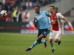 Joël Veltman (r.) moet in de achtervolging als Richairo Živković (l.) de bal meeneemt in het duel tussen Ajax en FC Utrecht. (02-10-2016)